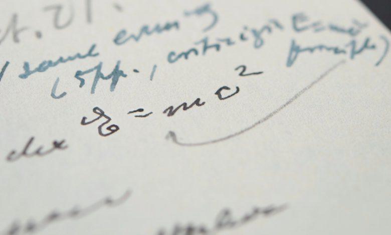 نمونه دست نویس معادله معروف اینشتین 1.2 میلیون دلار به فروش رسید